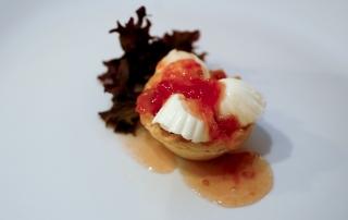 tartaleta con queso fresco y mermelada de tomate rojo