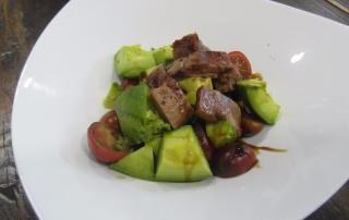 ensalada-de-aguacate-tomate-cherry-tronco-de-atun-y-vinagre-balsamico-caramelizado