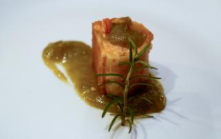 hojaldre-relleno-de-pisto-salmon-y-mermelada-de-esparrago-verde