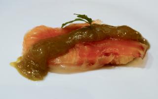 salmon-ahumado-con-mermelada-de-esparrago-verde