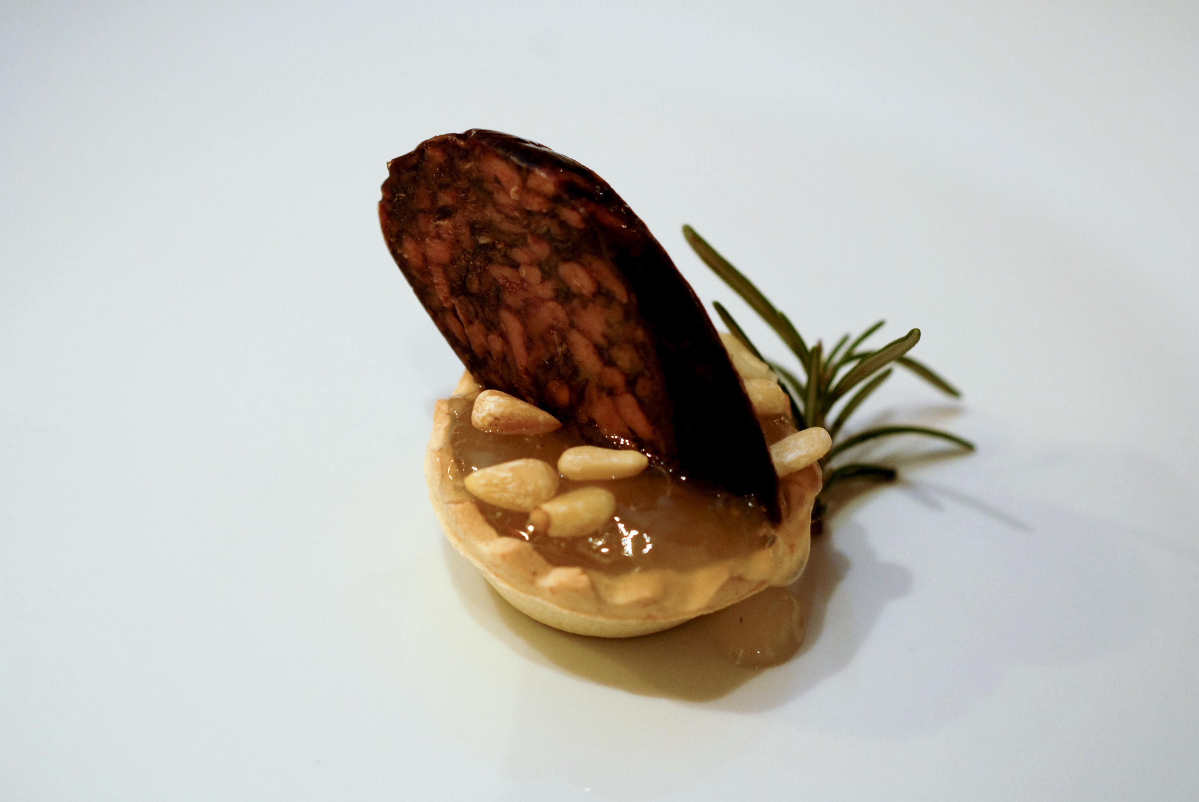 tartaleta-con-morcilla-pinioones-y-mermelada-de-cebolla